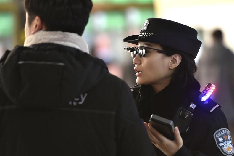Polícia Chinesa Está Usando Óculos Com Reconhecimento Facial Para Rastrear  Cidadãos 8d947d800a